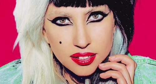 Lady Gaga si fa vomitare addosso in concerto